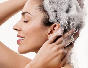 Lavar os cabelos com o xampu certo garante fios mais saudáveis e com brilho!